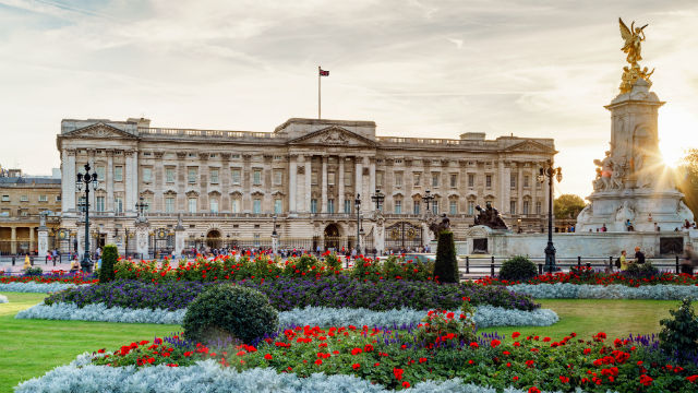 100222 640x360 buckingham palace at dusk 640 - Best Places for Palace in London